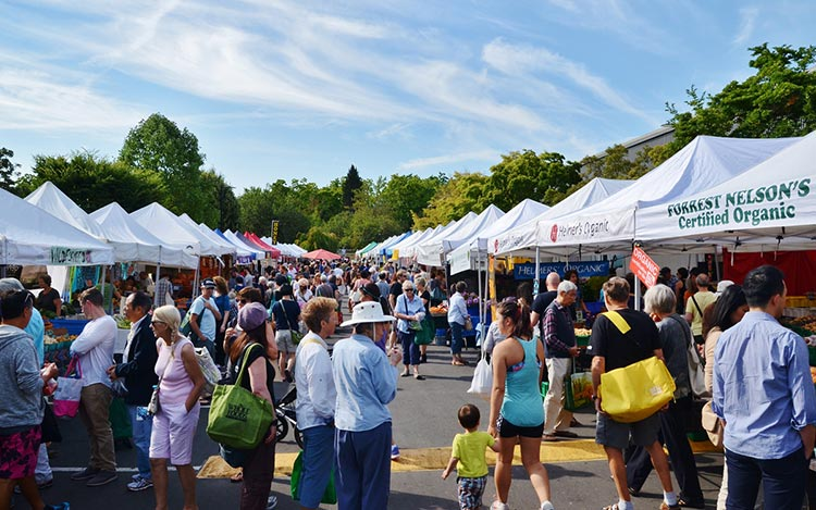 1-Find-fresh-and-artisan-food-products-at-farmers-markets,-along-with-friendly-locals.-One-of-the-more-popular-Farmers-Markets-is-in-the-Vancouver-neighbourhood-of-Kitsilano