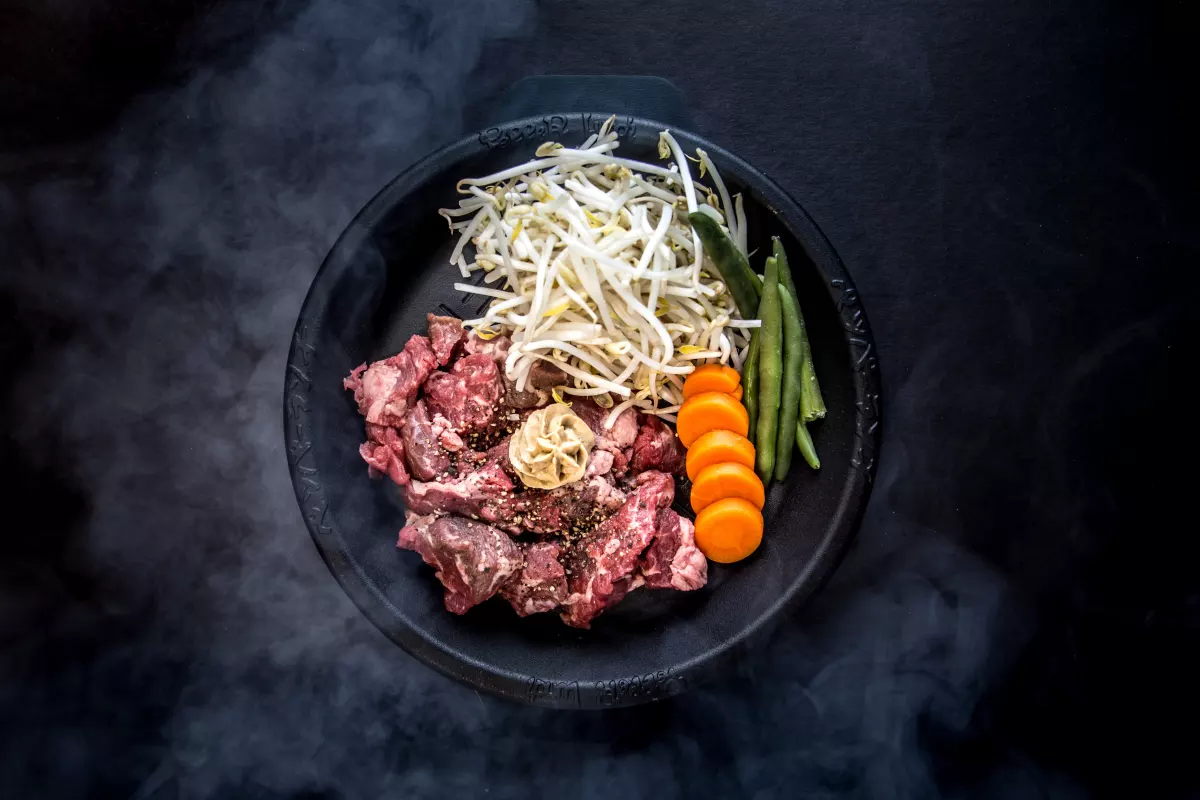 Your food arrives on a sizzling teppan plate at Pepper Lunch. | Photo: Pepper Lunch